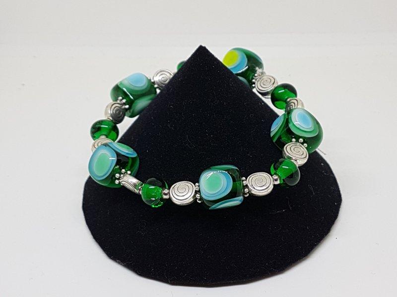 Armband mit grünen Würfeln