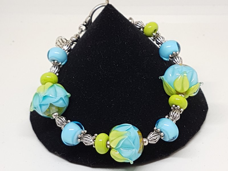 Armband mit hellblauen Blumen