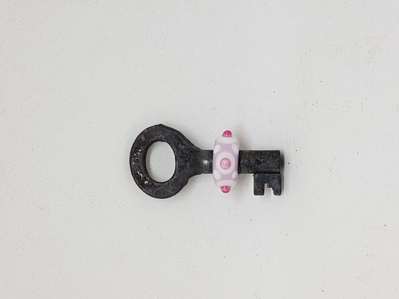 kleiner Schlüssel mit rosa Perle