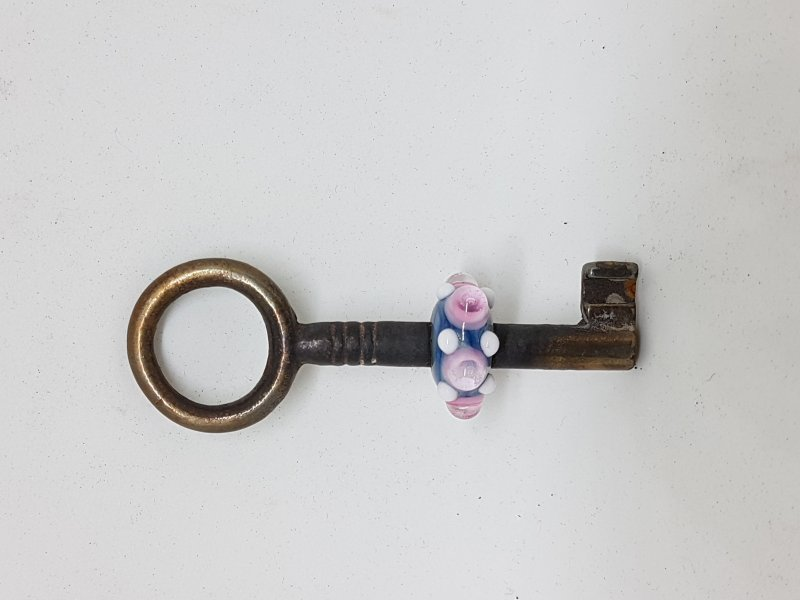 Schlüssel mit blau/rosa farbener Perle