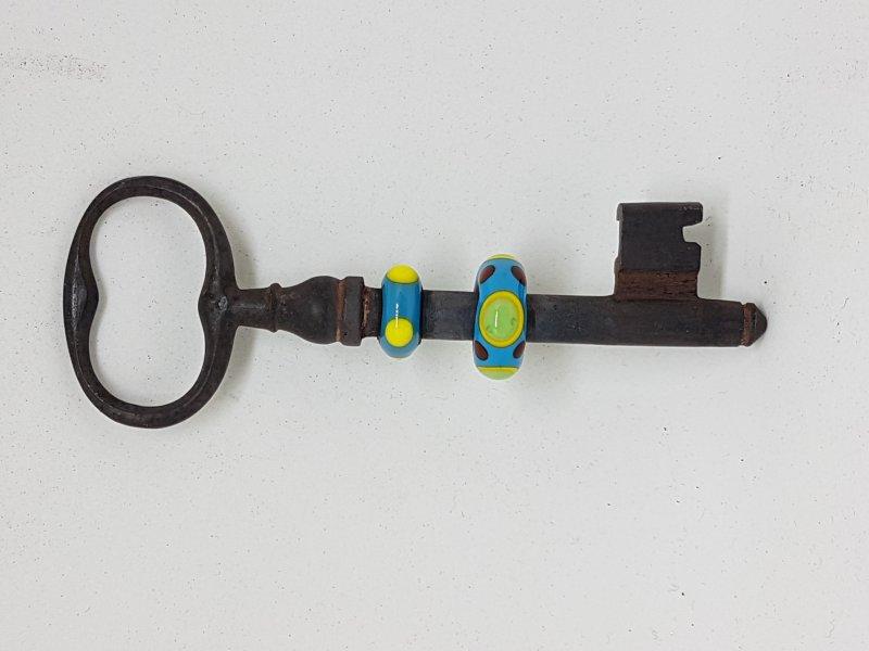 langer Schlüssel mit 2 türkisen Perlen