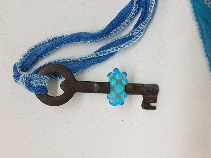 langer Schlüssel mit blauer Perle