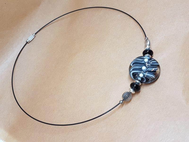 Halsreifen mit schwarz-weisser Fokalperle